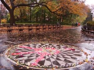Il monumento in Central Park dedicato a John Lennon dalla città di Napoli